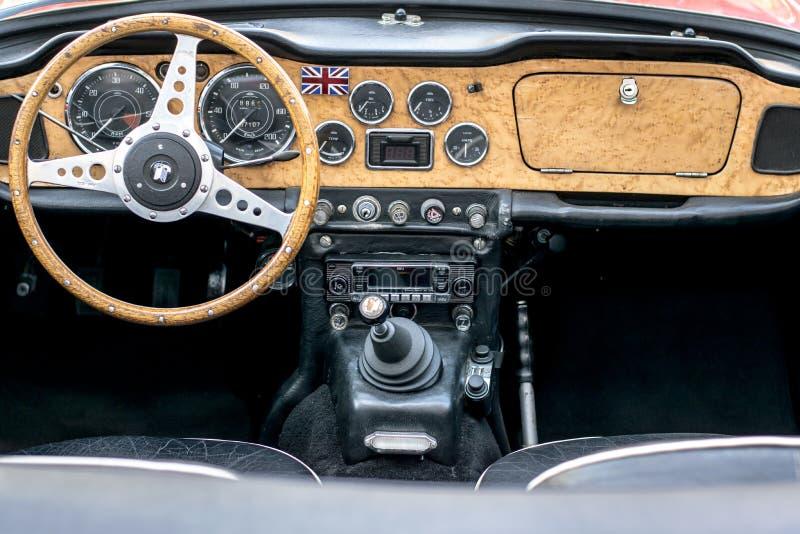 欧洲经典汽车-老朋友内部 免版税库存照片