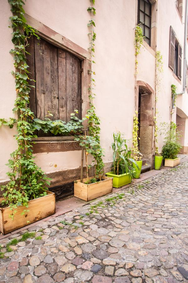 欧洲街道和建筑学与鹅卵石 免版税库存照片