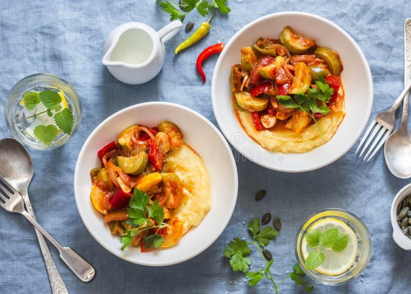 欧洲防风草根捣碎了纯汁浓汤和菜ratatouille -在蓝色背景,顶视图的可口素食健康食物午餐 库存图片