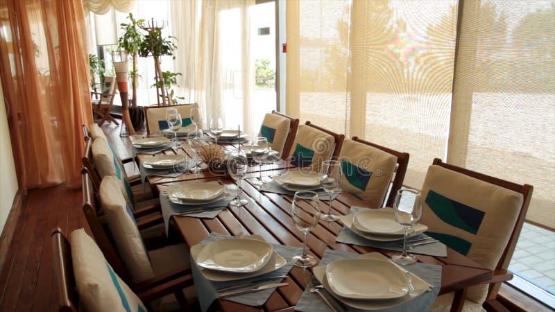 欧洲风格的新和干净的豪华餐馆 场面 典型的夏天室外咖啡馆 表和椅子夏天咖啡馆 免版税库存图片
