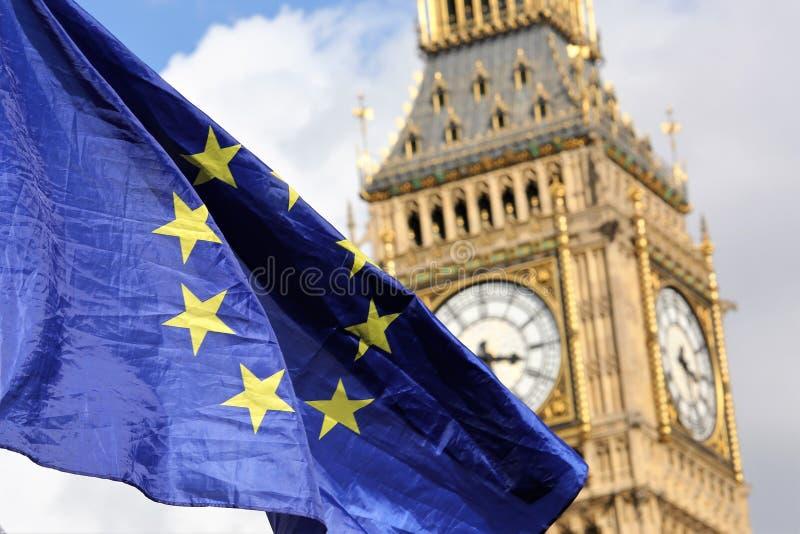 欧盟下垂在大本钟伦敦 免版税图库摄影