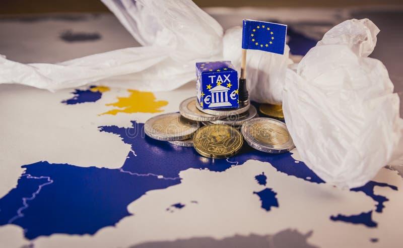 欧盟映射与欧洲象征欧洲塑料税法的硬币和一个塑料袋 免版税图库摄影