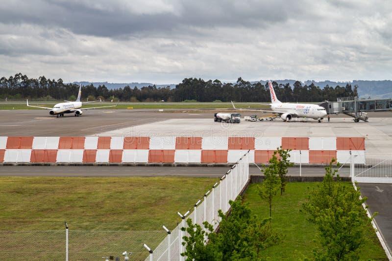 欧罗巴航空和瑞安航空公司飞机在圣地亚哥-德孔波斯特拉机场 免版税库存照片