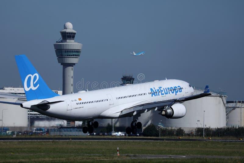 欧罗巴航空表达离开从阿姆斯特丹机场AMS的巴西航空工业公司喷气机 库存图片