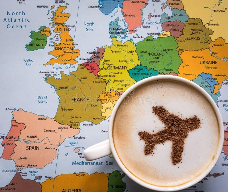 欧洲地图和咖啡(飞机由桂香制成) 免版税库存照片