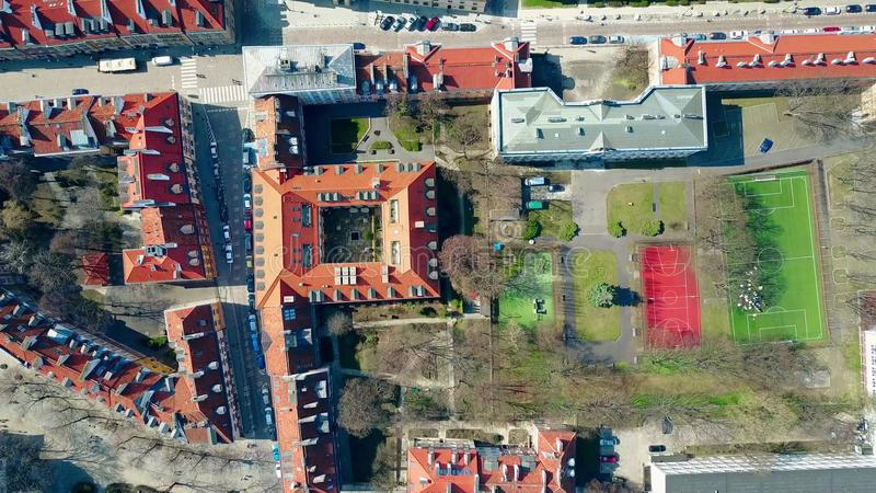 欧洲城市运动场空中射击在住宅区和住宅大厦的倾斜的铺磁砖的屋顶,上面 图库摄影