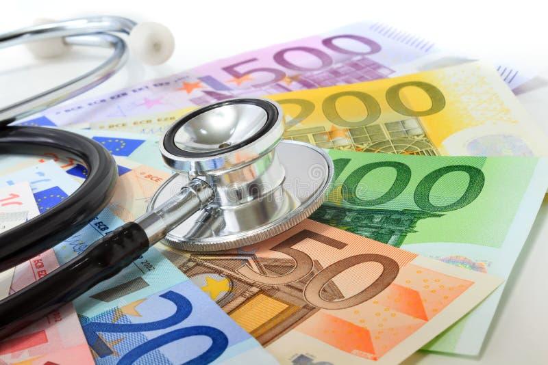 欧洲货币病态的概念:在欧洲钞票的听诊器 免版税库存照片