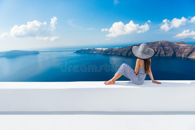 欧洲希腊圣托里尼旅行假期-妇女 库存照片