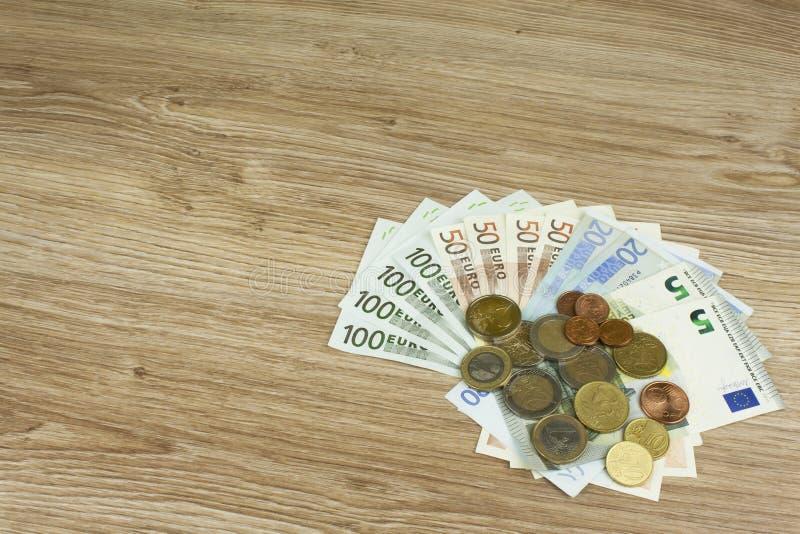欧洲硬币和钞票在桌上 欧盟的法定看护人的详细的图,欧盟 库存图片