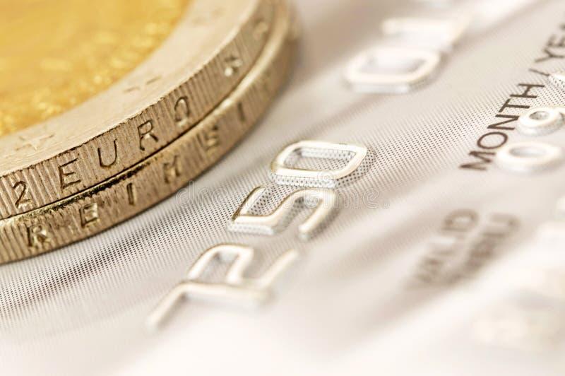 与信用卡的欧洲硬币 免版税库存照片