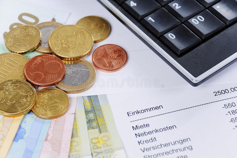 欧洲票据和硬币与图和计算器 库存照片