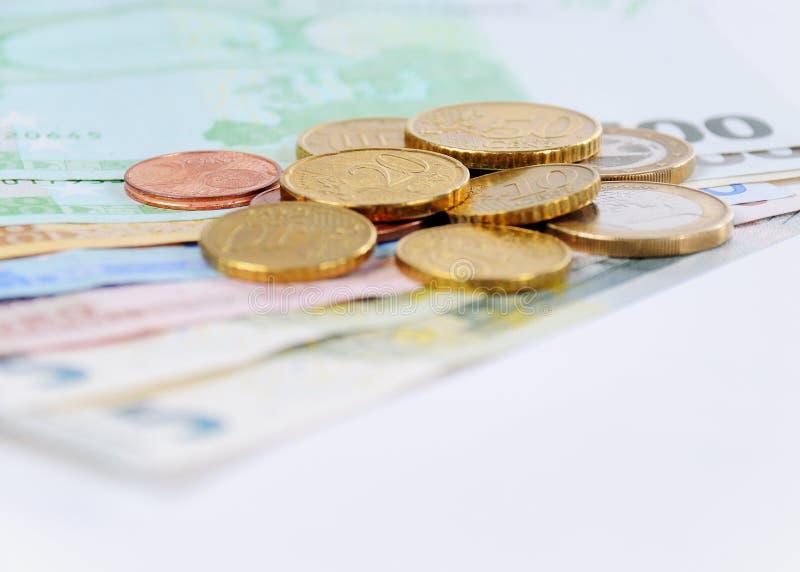 欧洲票据和硬币在白色背景 免版税图库摄影