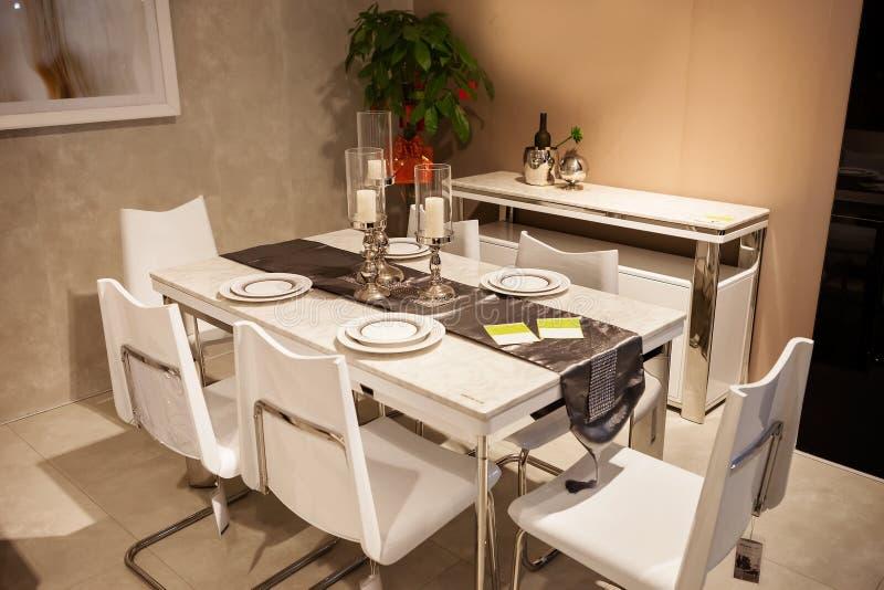 欧洲简明的样式餐桌 免版税库存照片