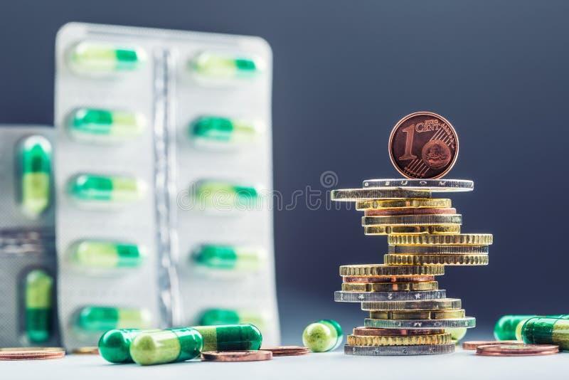 欧洲金钱和药剂 欧洲硬币和药片 在彼此堆积的硬币用不同的位置和自由地药片  图库摄影