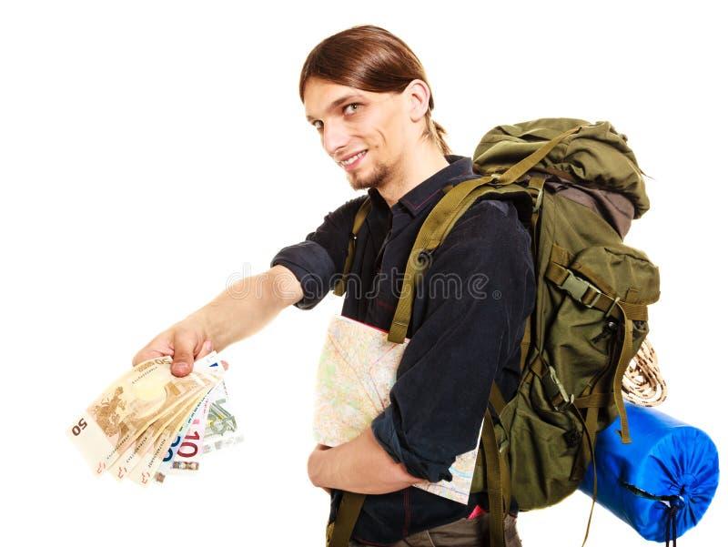 付欧洲钱的人旅游背包徒步旅行者 旅行 免版税库存照片