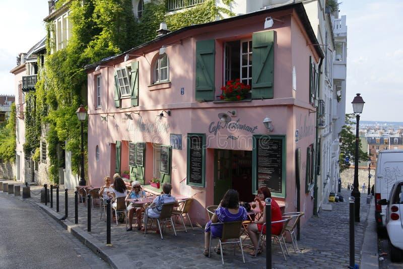 欧洲,法国,巴黎,蒙马特, La Maison,罗斯法国咖啡馆-云香de l'Abreuvoir,走在街道和汽车上的人们在st停放了 免版税图库摄影