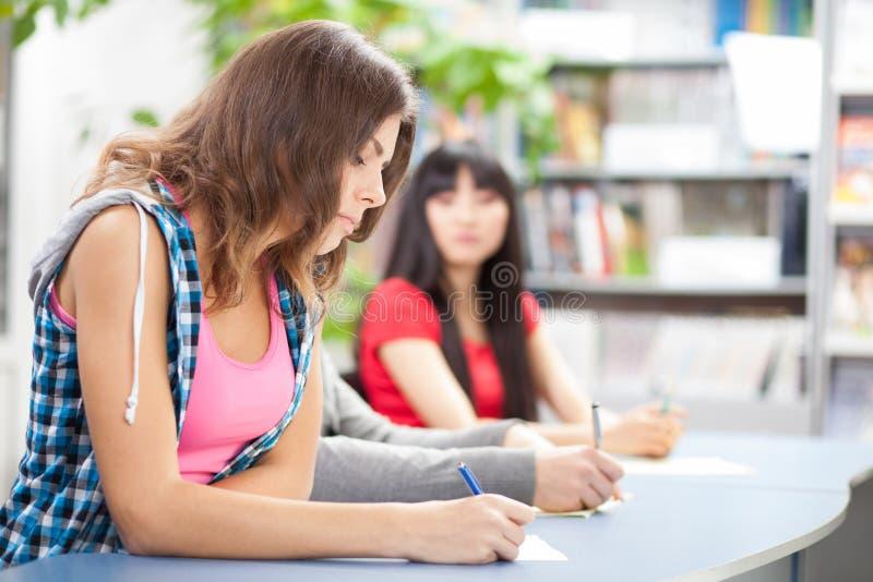 欺诈在测试检查的学员 免版税库存照片