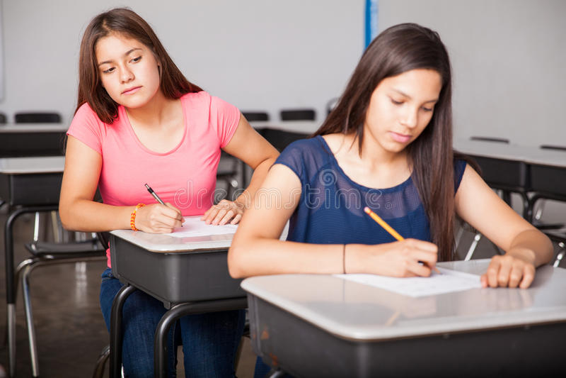 欺诈在测试的女孩 免版税库存照片
