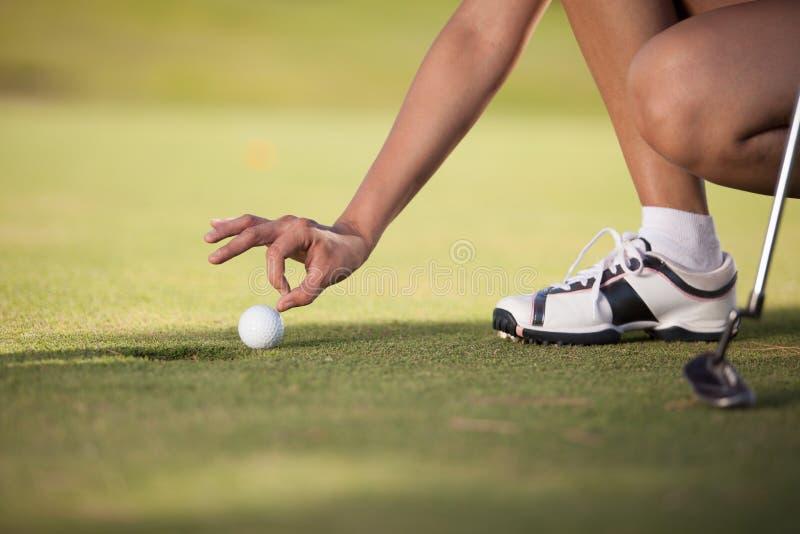 欺诈在高尔夫球的少妇 库存图片