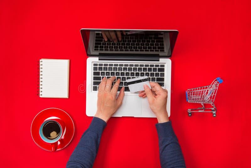 付付款使用信用卡,网上购物的男性手 免版税库存图片