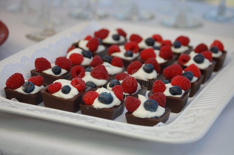 款待莓果甜点 免版税库存图片