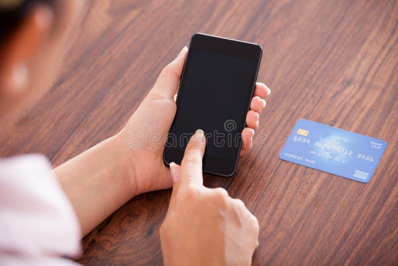 付付款的女实业家在手机 库存照片