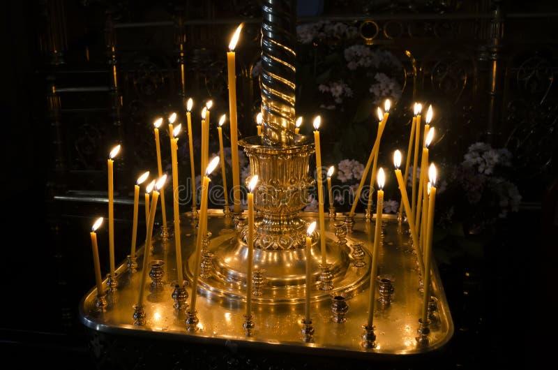 歇息的蜡烛在教会里 免版税图库摄影