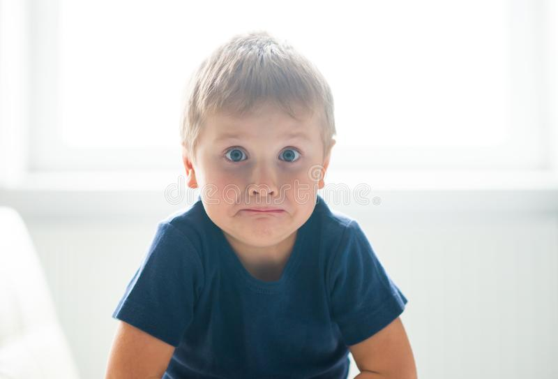 歇斯底里的男孩画象  在家哭泣生气白种人的孩子 免版税图库摄影