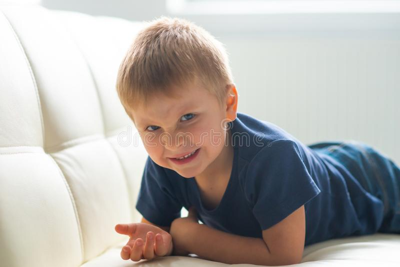 歇斯底里的男孩画象  在家哭泣生气白种人的孩子 库存照片
