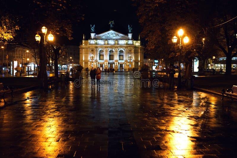 歌剧剧院的夜视图在利沃夫州 免版税库存图片