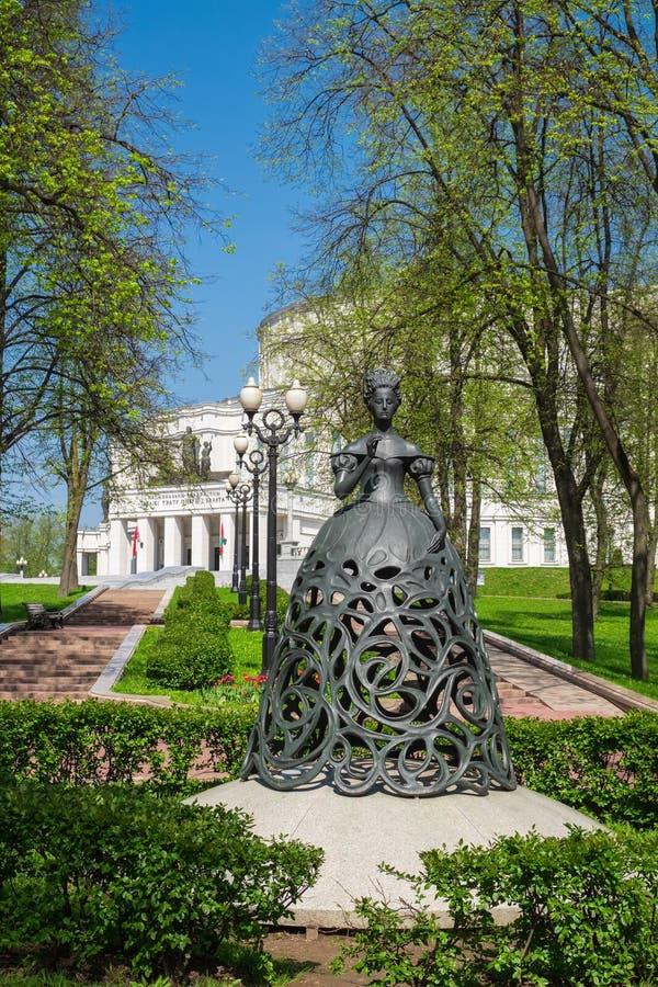 歌剧和春天的,米斯克,白俄罗斯芭蕾舞团的谬斯雕塑在国家歌剧院附近的 库存图片