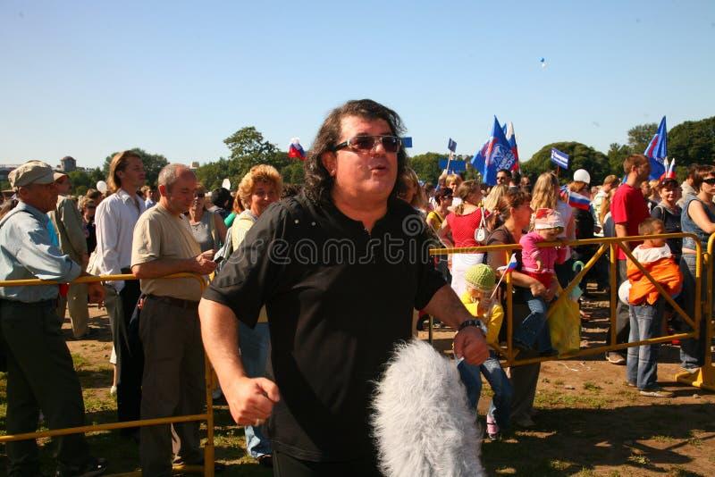 Download 歌手和作曲家伊戈尔Kornelyuk 俄国状态旗子的天 编辑类照片 - 图片 包括有 著名, 节日: 72373406