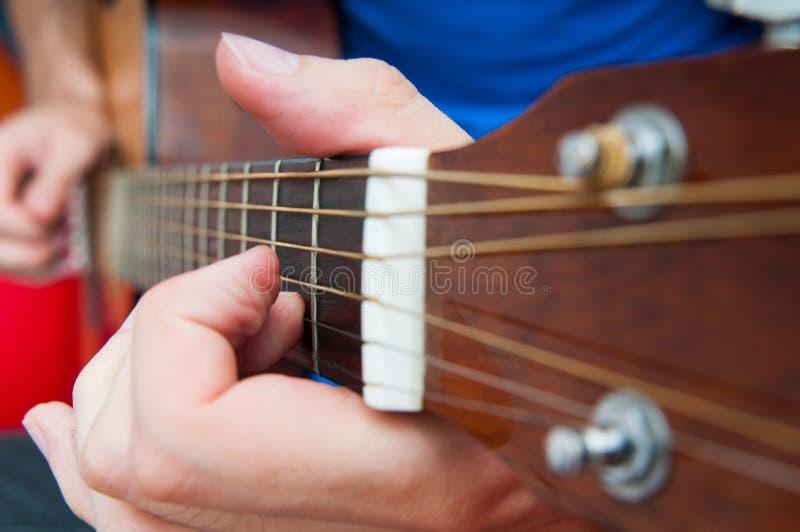 歌手和吉他 免版税库存图片