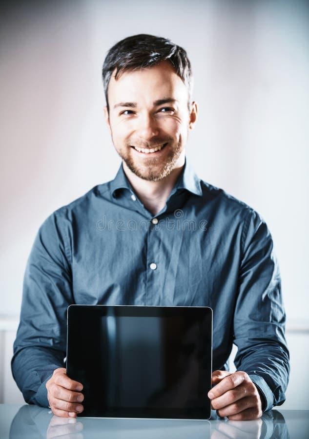 阻止一台空白的片剂个人计算机的年轻人 免版税库存图片