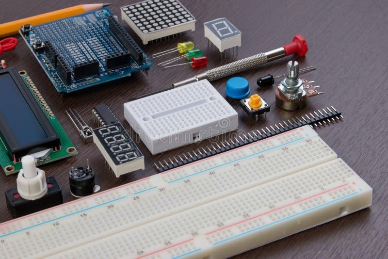 阻止教育或DIY电子在微控制器基地做的成套工具、机器人以传感器品种和工具 特写镜头 库存照片