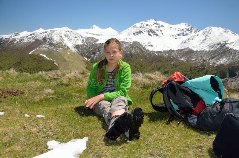 止步不前的一个女孩在山上面 库存图片