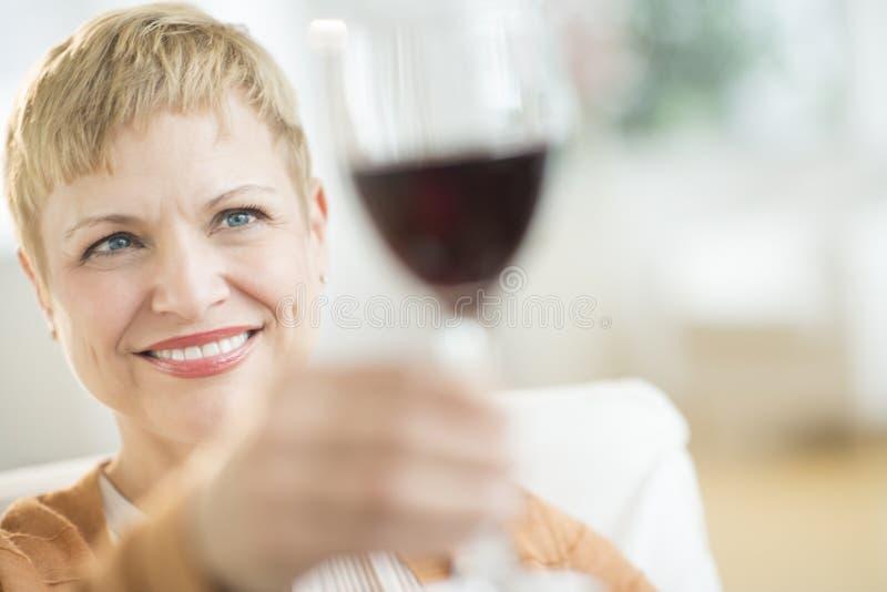 阻止红色葡萄酒杯的妇女 免版税图库摄影