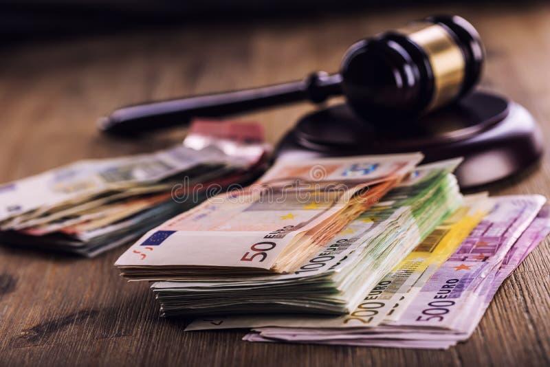正义和欧洲金钱 钞票概念性货币欧元五十五十 法院惊堂木和滚动的欧洲钞票 腐败和贿赂的表示法在judi 图库摄影