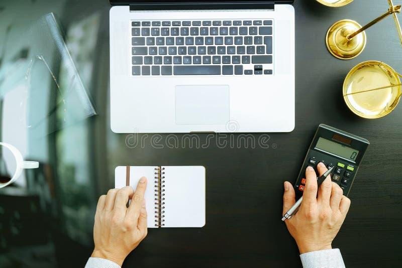 正义和法律概念 商人或律师或者会计工作 免版税库存图片