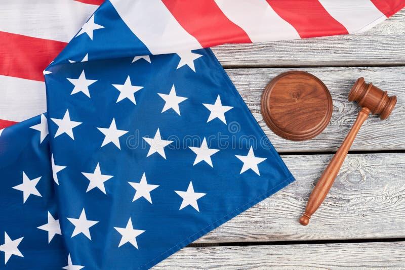 正义惊堂木和美国国旗,顶视图 免版税库存照片