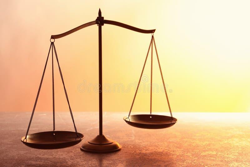 正义标度在桌上的 皇族释放例证