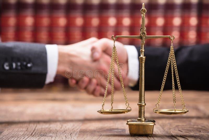 正义标度特写镜头在木书桌上的 图库摄影