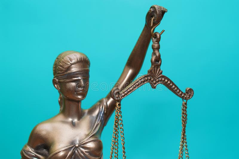 正义正义雕象雕象在蓝色背景的 库存照片