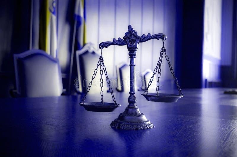 正义装饰缩放比例在法庭 免版税库存照片