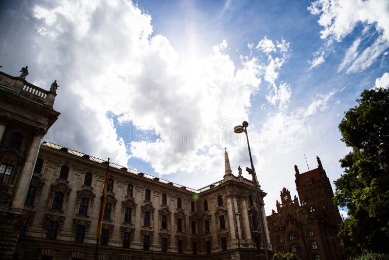 正义,历史建筑宫殿在慕尼黑,视域 免版税库存照片