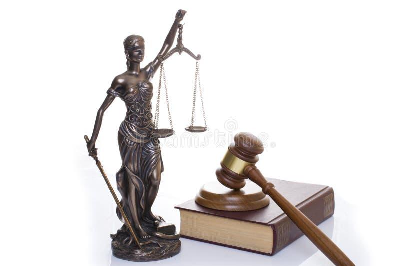 正义,在书后的法官的锤子雕象在白色背景 图库摄影