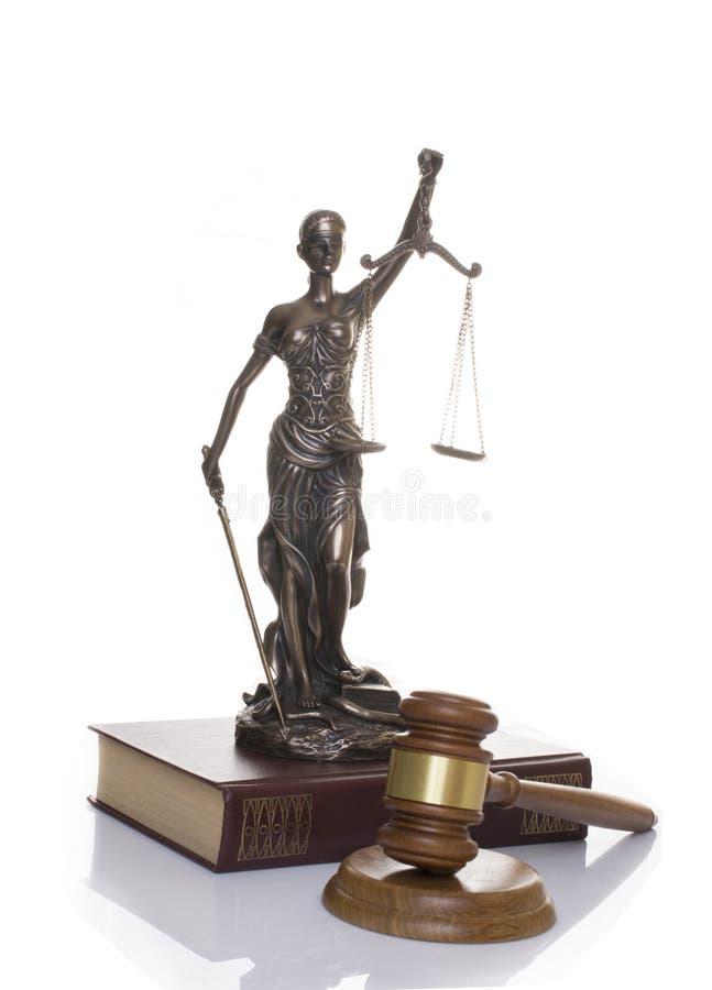 正义,在书后的法官的锤子雕象在白色背景 免版税库存照片