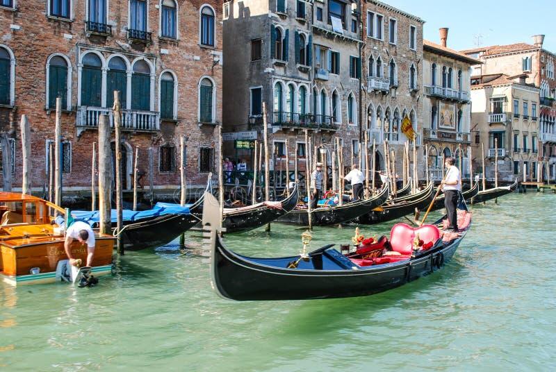 正在寻找乘客,威尼斯,意大利的平底船的船夫 免版税库存照片
