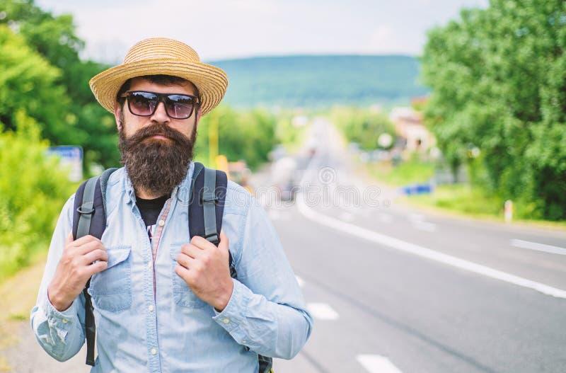 正在寻找公司 正在寻找同路人 老练的旅游边缘的人有胡子的行家游人技巧  免版税库存图片