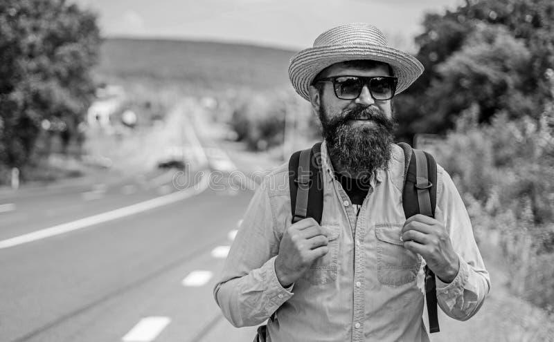 正在寻找同路人 老练的旅游高速公路边缘的人有胡子的行家游人技巧  寻找 免版税库存照片